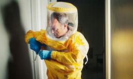 Læge i gul infektionsdragt