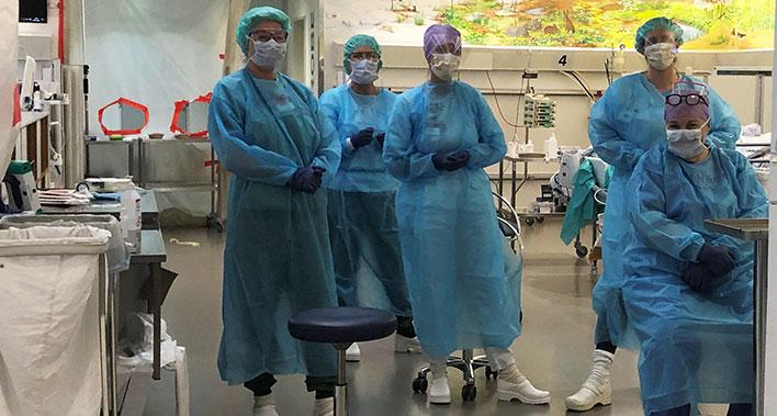 Personale på det nye COVID intensivafsnit står klar til at modtage patienter.