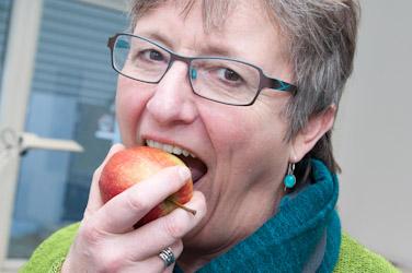 Dame spiser æble