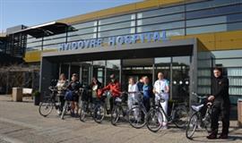 billede af personale og deres cykler foran hospitalet
