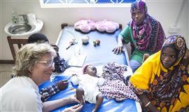 Billedet viser Ellen Koefoed i gang med en af mange klumpfodsbehandlinger.