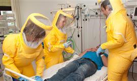 Billede af personale i gule beskyttelses dragter ved en øvelse på Infektionsmedicinsk Afdeling