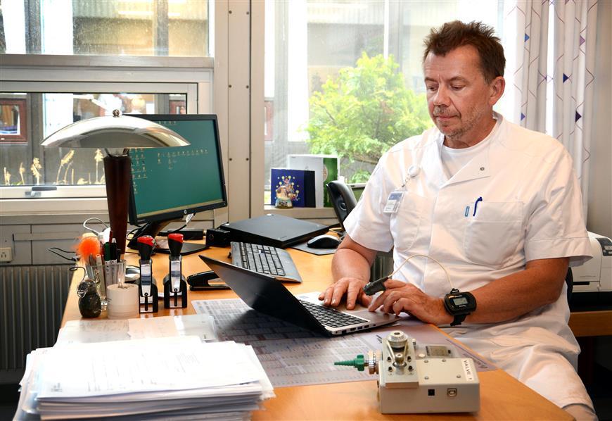 billede af Ejvind Frausing hansen og den nye robot.