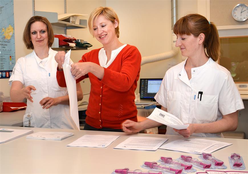 Billede af Regionrådsformand, Sophie Hæstorp Andersen, der besøgte Patologiafdelingen onsdag og hjalp til med at pakke brevene.