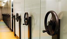 Billede af arkivreol med store håndhjul