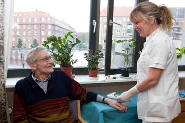 Patient og sygeplejerske opholder sig i dagsligstuen
