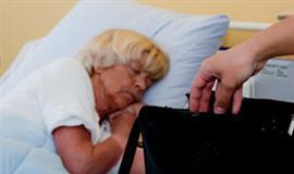 Tyv stjæler taske fra sovende patient